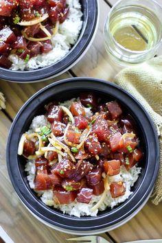 Poke bowl cube de thon, oignon nouveau, oignon jaune, avocat et riz blanc, sesame. Sauce soja, sauce huitre, huile sesame, gingembre, ail.
