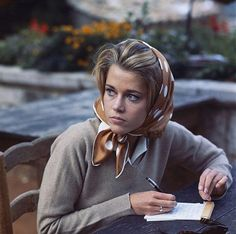 Jane Fonda is a true style icon of our time. Jane Fonda in the With every red carpet appearance, Fonda brings her A-game. Jane Fonda, Henry Fonda, Classic Hollywood, Old Hollywood, Portrait Photos, Portraits, Scarf Styles, Hair Styles, Actrices Hollywood