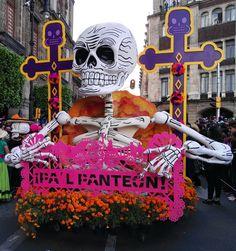 Catrinas, catrines, carros alegóricos, trajineras, calaveras gigantes, el diablo, esqueletos y un sinfín de personajes.