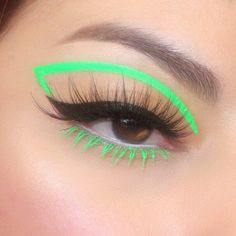 This graphic liner by is a major vibe ✨ She uses our + in 'Milk' to compliment the look 💚 Makeup Eye Looks, Eye Makeup Art, Cute Makeup, Glam Makeup, Pretty Makeup, Skin Makeup, Eyeshadow Makeup, Rock Makeup, Makeup Eraser