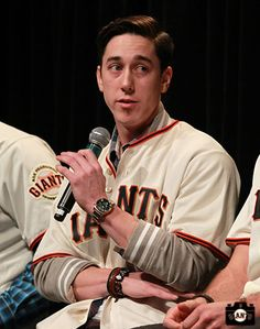 AHH lincecum cut his hair!!!