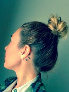 Behind ear three little birds tattoo - - Tattoo rippe - Minimalist Tattoo Bird Tattoo Neck, Simple Bird Tattoo, Little Bird Tattoos, Back Tattoo, Bird Tattoos For Women, Tattoo Women, Cute Tattoos, Small Tattoos, Tatoos