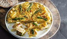 Esta tortilha de batata com espargos verdes e tomate seco é um prato que faz lembrar Espanha e que é muito saboroso.