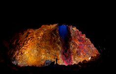 Considerada uma das maiores ilhas vulcânicas do mundo, a Islândia é endereço do vulcão Thrihnukagigur, um gigante adormecido há mais de quatro mil anos que pode ser visitado por dentro. Em uma de suas crateras, visitantes descem em um guindaste que funciona como um elevador até o solo de um dos salões internos do vulcão