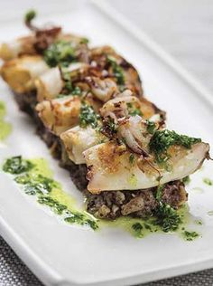 Chipirones con patata enmascarada Tapas, Squid Recipes, Seafood Recipes, Chicken Salad Recipes, Fish And Seafood, Winter Food, Food Plating, Main Meals, Food Porn