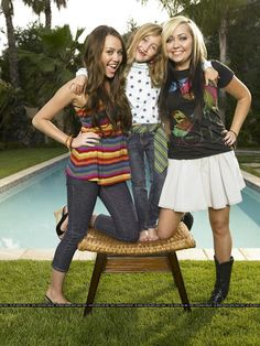 Miley Cyrus Sister | ca. 2007 --- Miley Cyrus with her sisters Noah Lindsey (C) and Brandi ...