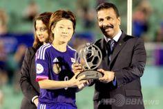 サッカーAFC女子アジアカップ(2014 AFC Women's Asian Cup)決勝、日本対オーストラリア。試合後、国際サッカー連盟(FIFA)のフェアプレー賞のトロフィーを授与される日本の宮間あや(Aya Miyama、2014年5月25日撮影)。(c)AFP/TOAN NGUYEN ▼26May2014AFP|なでしこジャパンがアジア杯初制覇、オーストラリア下す http://www.afpbb.com/articles/-/3015869 #2014_AFC_Womens_Asian_Cup #Japan_Australia_Final
