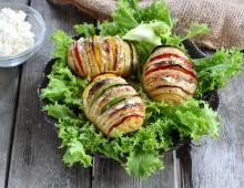 Recette - Pommes de terre à la suédoise farcies au camembert en pas à pas Cream Cheese Potatoes, Bacon Potato, Batatas Hasselback, Potato Recipes, Vegan Recipes, Cuisine Diverse, Good Food, Yummy Food, Queso