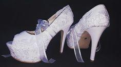 Espectacular, elegante y romántica, solo con un bello par de zapatos en ese día especial