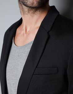 Blazer noir par dessus un tee shirt gris. Du basique de chez basique. #Sobriété Tenue de soirée simple.