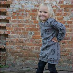 Ik zei het al : snelle projecten staan hier op het programma. Na het succes van deze sweaters volgde een sweaterdress. Ook deze stof is... My Little Girl, Little Ones, Baby Sewing, Alexander Mcqueen Scarf, Activities For Kids, Graphic Sweatshirt, Bows, Embroidery, Lady