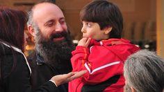 """HALİT ERGENÇ VE OĞLU 10 NİSAN 2014 Şehzade değil benim oğlum """"Muhteşem Yüzyıl""""ın Kanuni Sultan Süleyman'ı Halit Ergenç, oğlu Ali'ye 'şehzade' denmesine tepki gösterdi.BEĞENİYLE izlenen """"Muhteşem Yüzyıl"""" dizisinde Kanuni Sultan Süleyman'ı canlandıran Halit Ergenç, önceki gün oğlu Ali'yle Nişantaşı'nda görüntülendi."""
