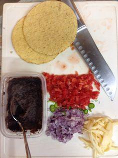 México Comida mexicana, tostadas: frijoles negros, queso, jitomate, cebolla, Chile  Mexican food, black beans, cheese; tomato, onio, chili   Yummy