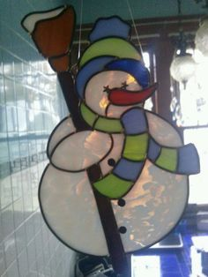 Snowman Stained glass suncatcher x Stained Glass Ornaments, Stained Glass Christmas, Stained Glass Suncatchers, Faux Stained Glass, Stained Glass Designs, Stained Glass Projects, Stained Glass Patterns, Mosaic Glass, Fused Glass