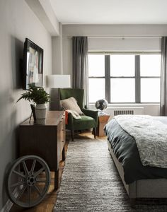 Neutral, cozy and masculine bedroom