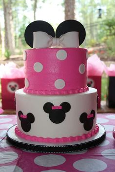 Black, white, pink, and polka dots! Minnie Mouse is a popular party theme especially for little ones turning one. I've rounded up some amazing Minnie Mouse Cakes inspiration for your Minnie Mouse party. Anniversaire Theme Minnie Mouse, Minnie Mouse 1st Birthday, Minnie Mouse Birthday Decorations, Minnie Mouse Theme Party, 2nd Birthday Parties, Birthday Fun, Cake Birthday, Minni Mouse Cake, Fete Emma