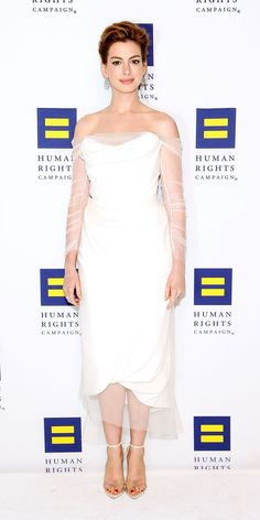 Anne Hathaway completely stunned in a white Vivienne Westwood tulle dress, Chopard jewels, and Gianvito Rossi heels or the Human Rights Gala. Celebrity Red Carpet, Celebrity Style, Anne Hathaway Style, Star Fashion, Fashion Tips, Punk Fashion, White Outfits, Emo Outfits, Queen