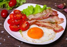 7 egyszerű szénhidrátmentes fogás, ami 10 perc alatt elkészül, és szuperfinom | femina.hu Diabetic Recipes, Diet Recipes, Healthy Recipes, Hamburger, Bacon, Food And Drink, Low Carb, Chicken, Vegetables
