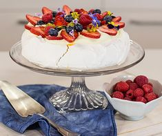 Make your own pavlova with this very easy dessert idea. The perfect cooking hack for any baker, this easy pavlova is a quick, delicious and impressive dessert. Apple Desserts, No Bake Desserts, Easy Desserts, Delicious Desserts, Christmas Lunch, Christmas Cooking, Christmas Treats, Xmas, No Bake Treats