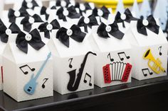 Festa música - Lembrancinhas Music Theme Birthday, Music Themed Parties, First Birthday Party Themes, Music Party, Baby First Birthday, 1st Boy Birthday, Music Centerpieces, Grease Party, Rock Star Party