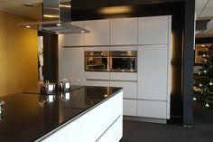 Showroomopstelling keuken bij Van Wanrooij keuken- en badkamerspecialisten Decor, Kitchen Pantry, Furniture, House, Table, Kitchen, Home, Cool Kitchens, Home Decor