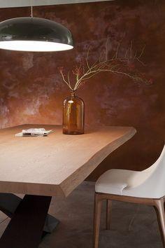 table à manger en bois avec plateau en forme irrégulière