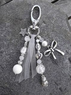 Beautiful beaded bag charm created with White and Silver Beads plus a bit of ribbon. Beaded Jewelry, Handmade Jewelry, Jewellery, Diy Keychain, Handmade Handbags, Bijoux Diy, Beads And Wire, Silver Beads, Schmuck Design