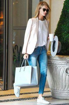 Look do dia: Calça jeans estilo boyfriend, usada com camiseta branca, blazer nude e tênis.