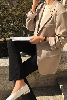 Wether your workplace is conservative or more creative, surely you'll find the perfect workwear inspiration amongst these stunning insta-worthy styles. Chic Office Outfit, Office Outfits, Chic Outfits, Office Chic, Workwear Fashion, Blazer Fashion, Work Fashion, Workwear Women, Fashion Spring