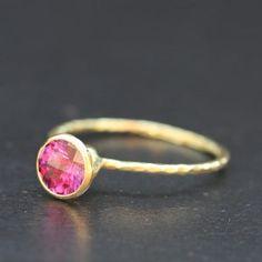 bague tourelle or et tourmaline rose vif par Hélène Courtaigne Delalande pour l'Atelier des Bijoux Créateurs.