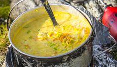 Denne oppskriften egner seg godt på tur, og er en favoritt blant barna. Alt klargjøres på forhånd, og både sei, torsk og hyse egner seg i suppen. Cheeseburger Chowder, Curry, Good Food, Fish, Dinner, Ethnic Recipes, Eat, Knitting, Crochet