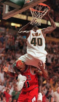 Shawn Kemp dunks over Dennis Rodman in Game 5 of the 1996 NBA Finals, a Sonic victory. Even though the Bulls would win the series 4 games to this differential marked the Bulls' worst single-game defeat in any of their six NBA Finals appearances. Sport Basketball, Basketball Pictures, Basketball Legends, Love And Basketball, Sports Pictures, Basketball Players, Houston Basketball, Basketball Quotes, Dennis Rodman