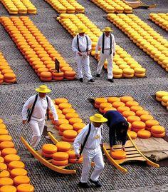 Stereotype beeld dat buitenlanders van Nederland hebben. Cheese market – Alkmaar, The Netherlands.