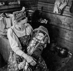 Skolt Sami woman holding her baby in a traditional gietkka. Scandinavian Folk Art, Scandinavian Countries, Historical Clothing, Historical Photos, Lappland, Medieval Costume, My Heritage, People Photography, Mother And Child