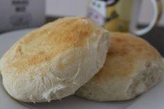 Este pan amasado esponjoso es una receta ideal para la hora del té o para un rico desayuno. ¡Una delicia! No Knead Bread, Pan Bread, Kitchen Recipes, Baking Recipes, Salvadorian Food, Chilean Recipes, Chilean Food, Salty Foods, Fast Healthy Meals