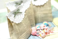 DIY Party bags from newspaper. The tutorial is in another language, however there are a ton of pics to follow, so i don't think anyone will have a problem. Happy Crafting! Paper Gift Bags, Craft Fairs, Diy Paper, Innova Manualidades, Create And Craft, Upcycle, Gift Tags, Gift Wrapping, Crafts For Kids