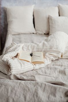 Nothing gives your bedroom decor a more elegant look than pure stonewashed linen bedding. Individual hand-sewn items are available: linen duvet covers, linen pillows, sheets, bed skirts. Discover the magic of linen! White Bed Sheets, White Bedding, Sheets Bedding, Linen Bed Sheets, Bedding Shop, Quilt Bedding, Lit Simple, Simple Bed, Linen Duvet