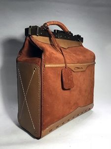 leather craft - gladstone bag / dulles bag / frame bag 글래드스톤가방/다레스백/프레임 가방 만들기 Leather Belt Bag, Leather Wallet, Leather Craft, Messenger Bag, Satchel, Handmade, Crafts, Doors, Canvas