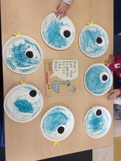 craft given paper plates students will be able to create a pigeon face given siccors and crayons students will be able to costimize their pigeon faces To develop fine motor skills Preschool Books, Preschool Lessons, Preschool Activities, Bus Crafts, Preschool Classroom, Kindergarten, Pigeon Craft, Pigeon Books, Mo Willems
