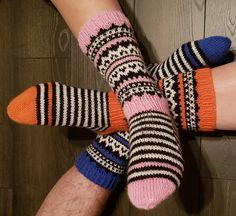 Näppärästi näkemättä: Kinket Knitting Socks, Knit Socks, Leg Warmers, Mittens, Knit Crochet, Slippers, Legs, Diy, Fashion