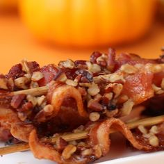 Praline Bacon Strips on skewers Bacon Recipes Snacks, Entree Recipes, Appetizer Recipes, Appetizers, Cooking Recipes, Yummy Recipes, Pie Recipes, South African Recipes, Ethnic Recipes