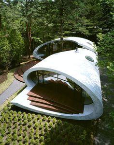 Une structure en béton courbe en forme de cylindre au milieu d'une forêt humide dans la région de Karuizawa: elle pourrait ressembler à première vue à un objet extraterrestre posé par erreur et étrangement déposé sur le sol d'une forêt luxuriante. L'architecte Kotaro Ide d'ARTechnic Japan a voulu construire une maison de conception ... Karuizawa, Minimalist Architecture, Organic Architecture, Outdoor Spaces, Outdoor Gear, Shell House, Concrete Structure, Cylinder Shape, Stranger Things Netflix