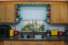 Original 1950s cabinets with scalloped wood valance and display shelves | By Gum, By Golly #vintagehome #vintagekitchen #midcenturykitchen