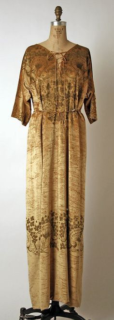 Mariano Fortuny  (Spanish, Granada 1871–1949 Venice)  Design House: Fortuny (Italian, founded 1906)     Date: 1931 Culture: Italian     Medium: silk     Dimensions: Length at CB: 52 in.