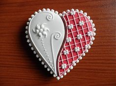 Valentínsky medovník / HOBBY-SUVENIR : Dcorated red and white Valentine heart cookie. Summer Cookies, Fancy Cookies, Iced Cookies, Cute Cookies, Cupcake Cookies, Cookie Favors, Flower Cookies, Easter Cookies, Valentines Day Cookies