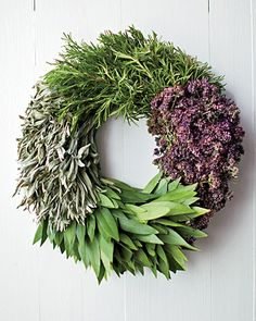Jingle bells, wrapping paper, snowmen, loads of glitter ... a beautiful wreath on the door to welcome all your guests! And the best wreaths are not but, but made! So, here's a list of some of our favorite DIY finds. From burlap to wine corks, these projects are creative, fun and most importantly, festive!