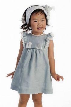 Comprar vestido niña ceremonia en lino verde empolvado con volantito y lazo , sin mangas, ideal para eventos de primavera-verano en Lila flicka tienda infantil online.