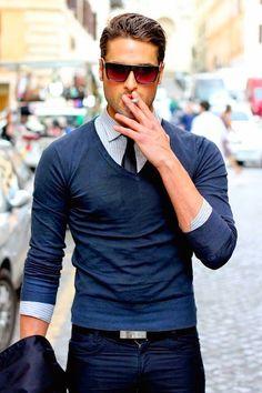 Nos encanta este estilo en un hombre, es súper elegante y casual a la vez. Un hombre debe de ser camaleónico y adaptarse a todas las situaciones. #hombre #estilo #corbata #camisa #jersey