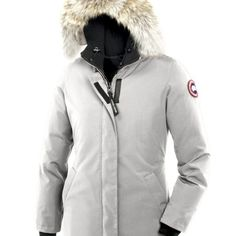 Canada Goose Damer Victoria Parka – Lys grå, Billig Canada Goose Jakke Tilbud. As simple and elegant as the city for which Canada Goose named it, the Victoria Parka was created with the silhouette of a woman in mind.