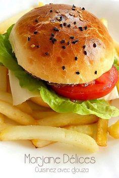 Recette pain hamburger fait maison, moelleux facile et express sans temps de pause, un pain gonflé à la mie légère. Retrouvez le bon goût du burger.